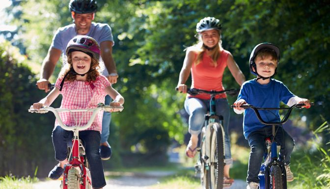 Shutterstock 165826019 family on bikes